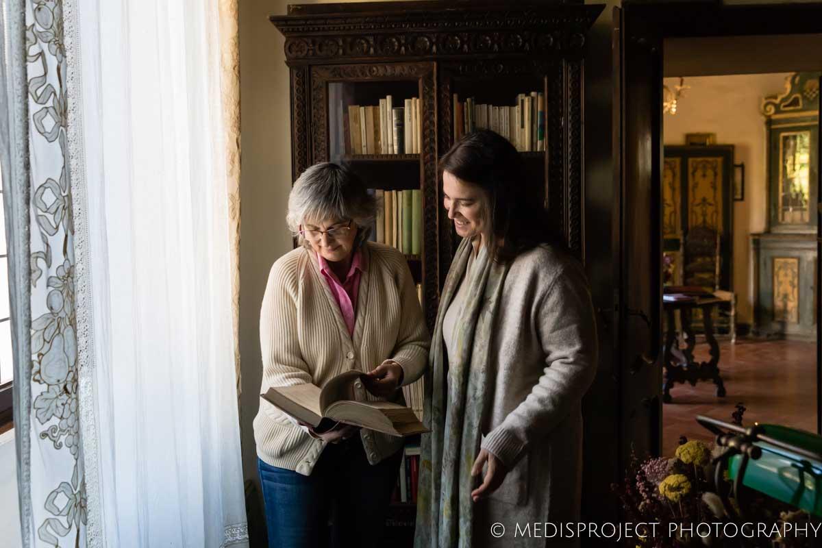 Lorenza Santo showing Casa dell'Abate Naldi's library to a guest