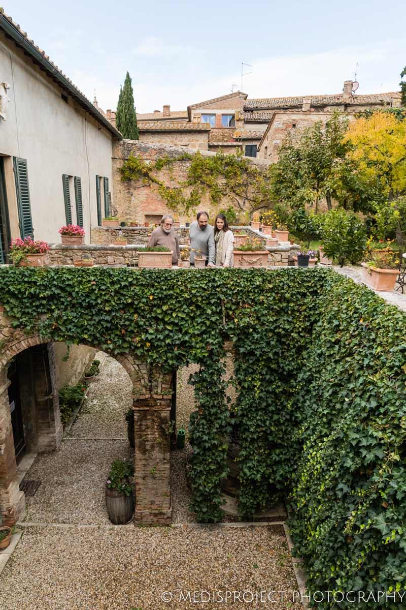 Vittorio and a couple visiting the garden of Casa dell'Abate Naldi