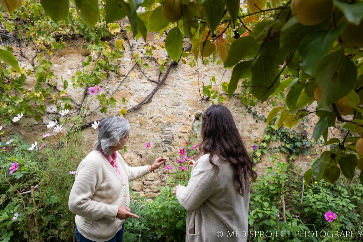 Lorenza and a visitor in the garden at Casa dell'Abate Naldi