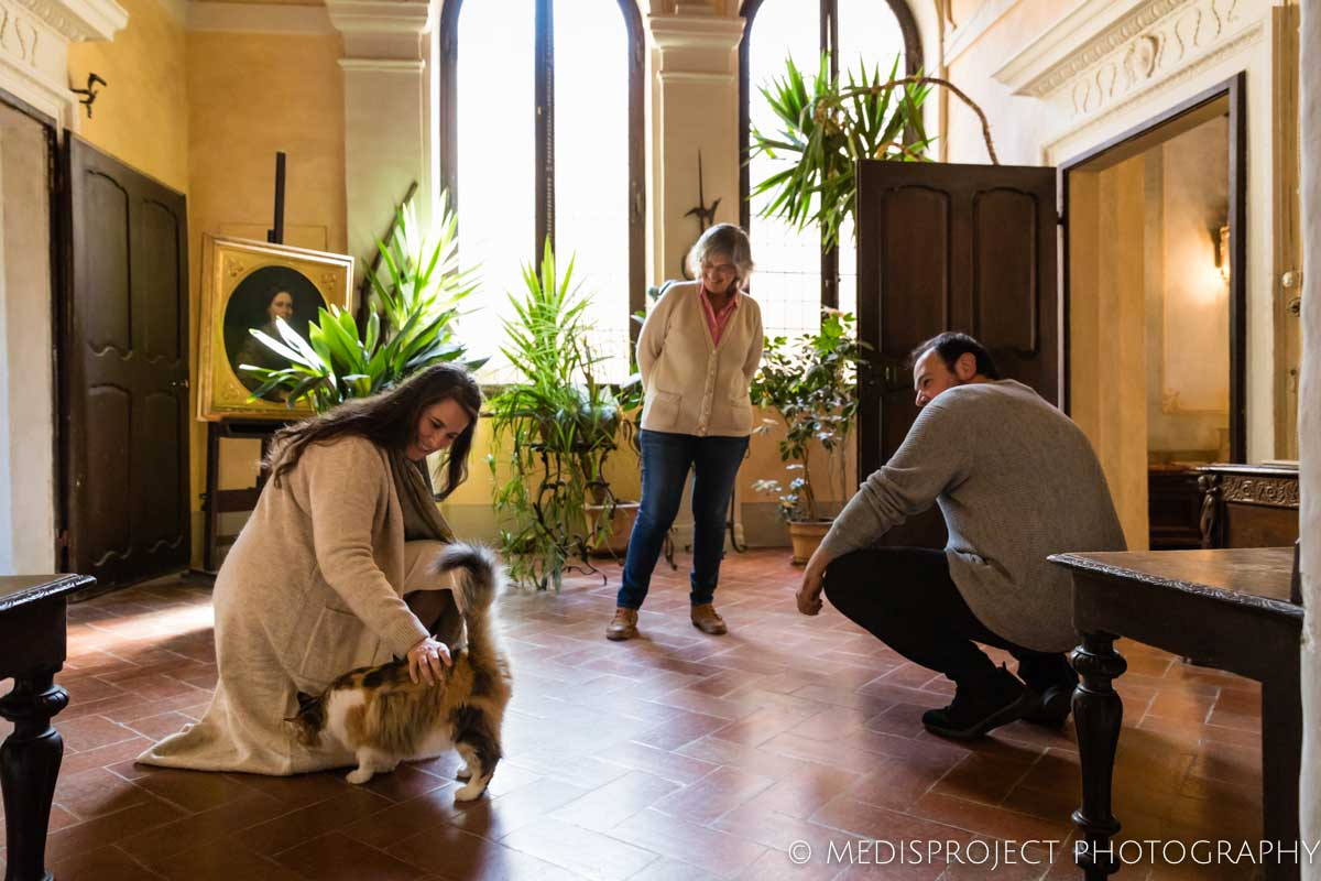 Lorenza Santo and her cat welcoming a couple of guests at Casa dell'Abate Naldi