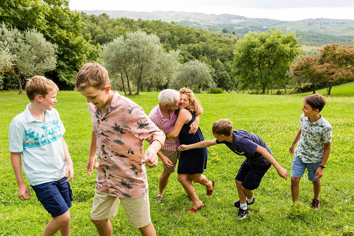 fun moment during a family reunion photo session in Tuscany