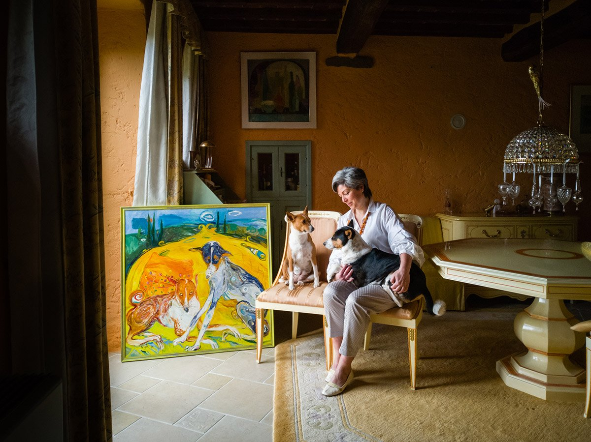 online portrait of a Lithuanian woman living in Tuscany with her dogs