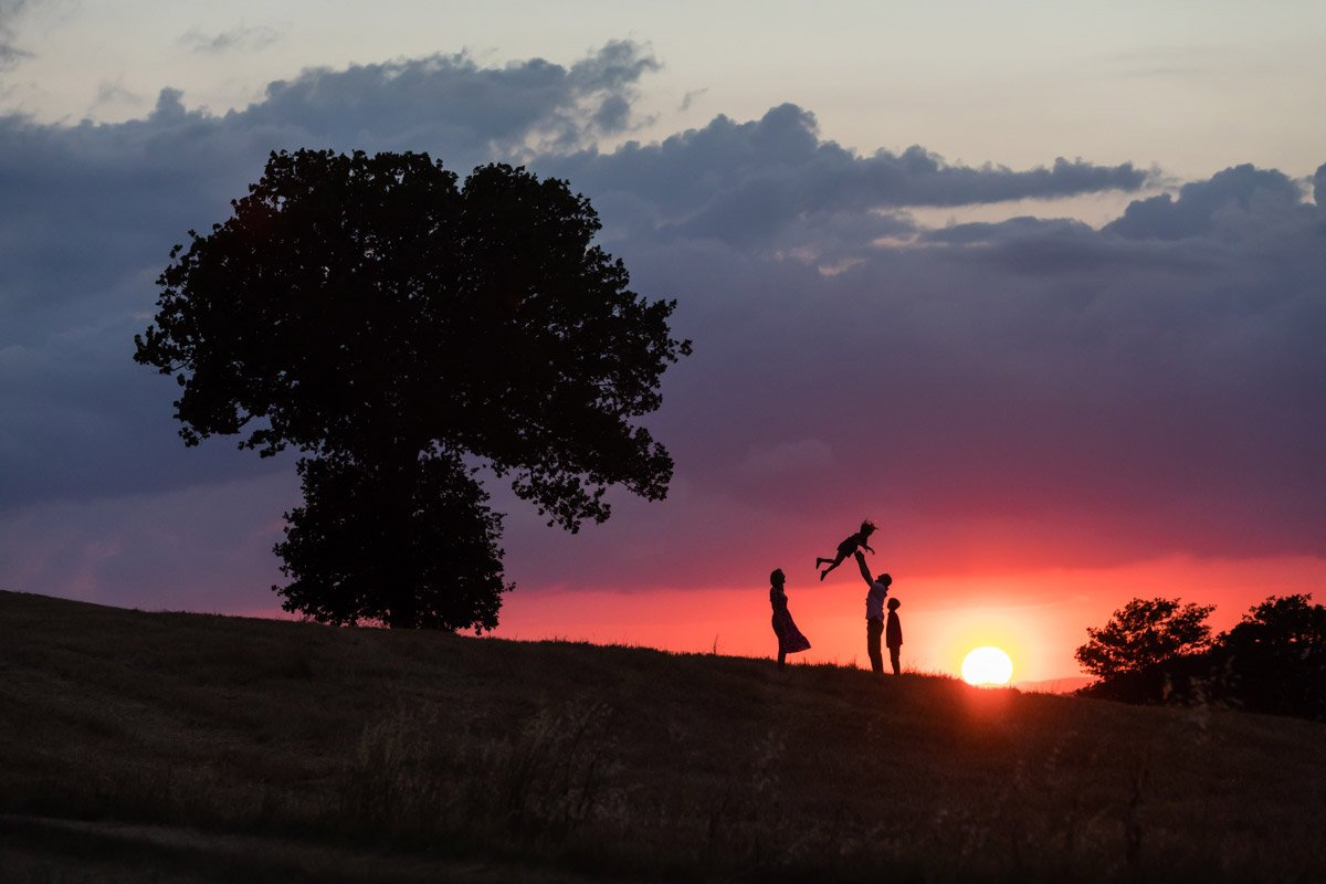 sunset family photoshoot in Val d'Orcia